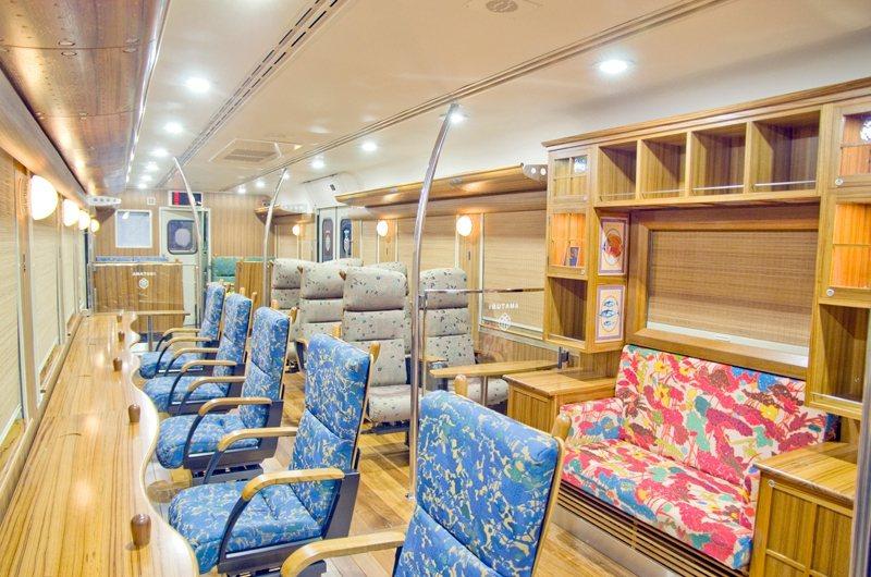2號車廂設有色彩繽紛的旋轉椅,所有座席都面向海景窗,並且皆由南九州產的杉材特製而...