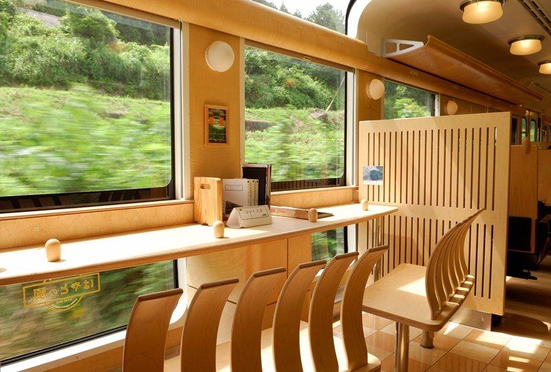 從地板到天花板都設有玻璃車窗,木造的觀景席十分受歡迎。