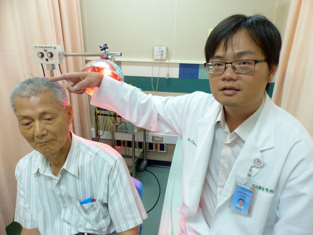 中山附醫中西整合醫療科醫師柏谷(右)說明,針對失智症在頭頂部扎針。記者趙容萱/攝...