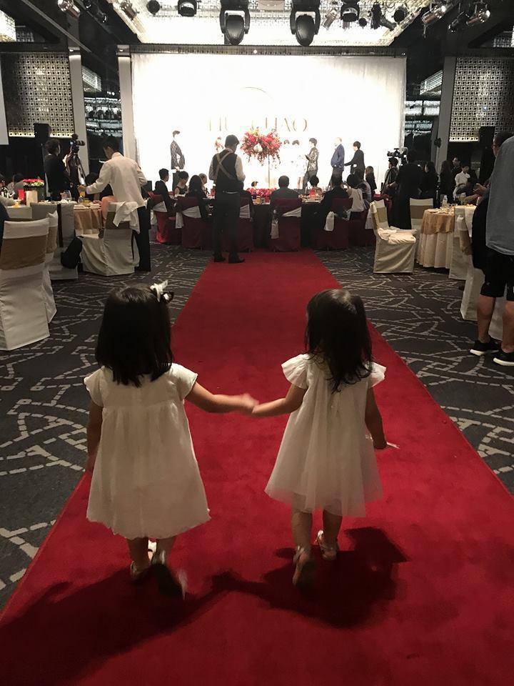 咘咘(左)與Mia手牽手走紅毯的背影照超萌。圖/摘自臉書