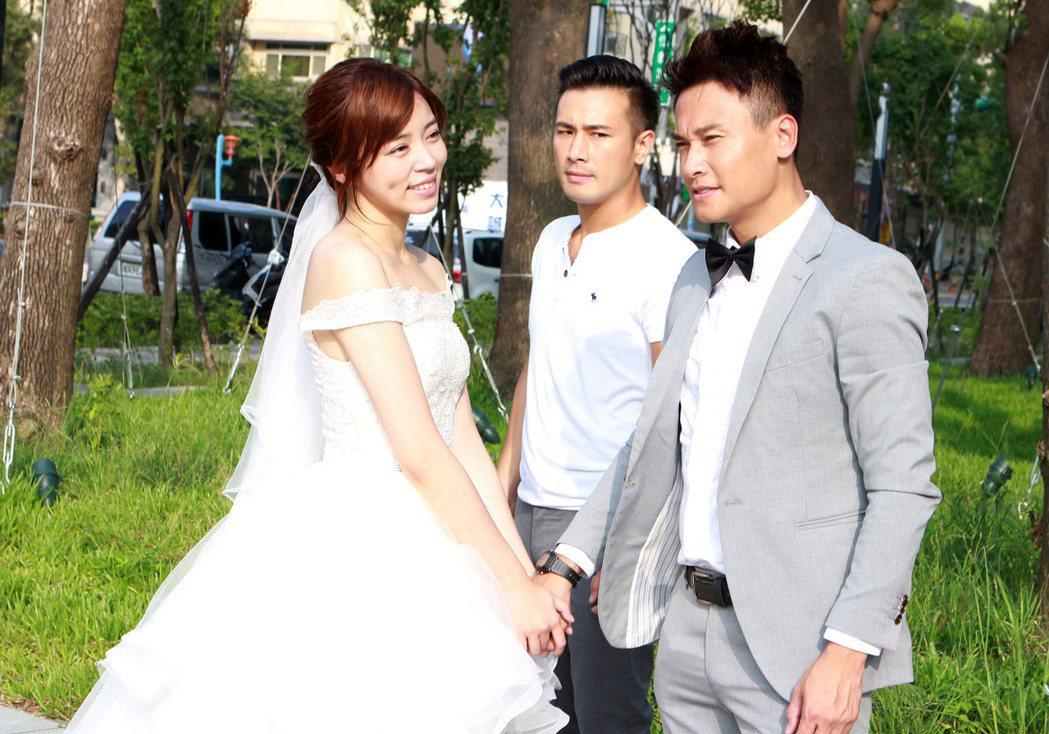 王瞳、王建復拍8點檔「幸福來了」披婚紗,傅子純(中)加入使壞。圖/民視提供