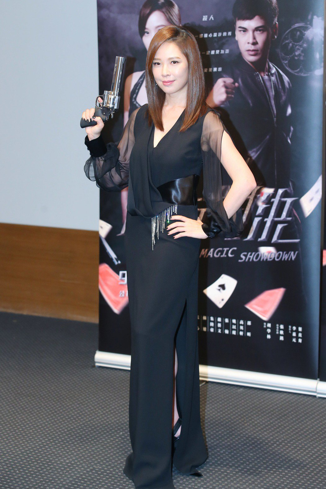 公視全新迷你劇集「魔幻對決」舉行首映會,女主角天心在劇中飾演魔術師,她拿著手槍帥...