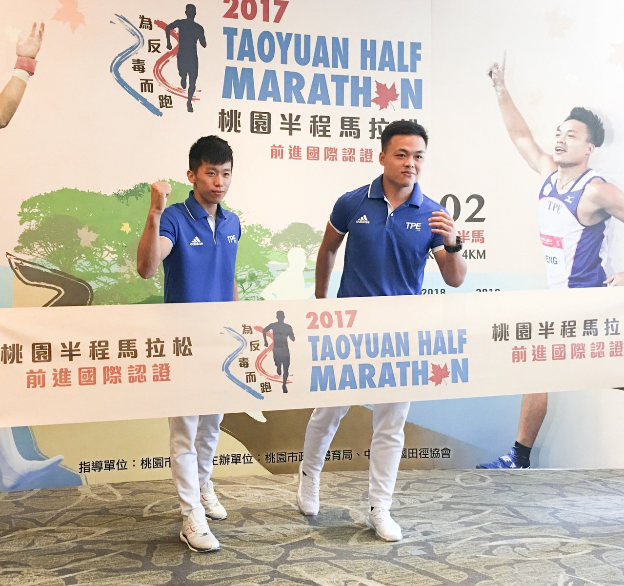 李智凱(左)和鄭兆村為桃園半程馬拉松站台。  記者曾思儒/攝影