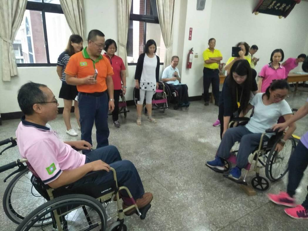 救國團新竹團委會日前為培育義工夥伴對於肢體障礙關懷,邀脊髓損傷潛能發展中心,舉辦...