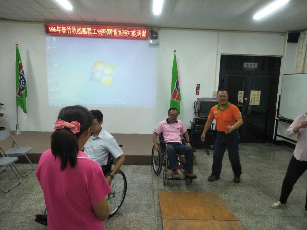 脊髓損傷潛能發展中心董事長林進興說,要讓身障朋友融入環境,一定要先改善無障礙空間...