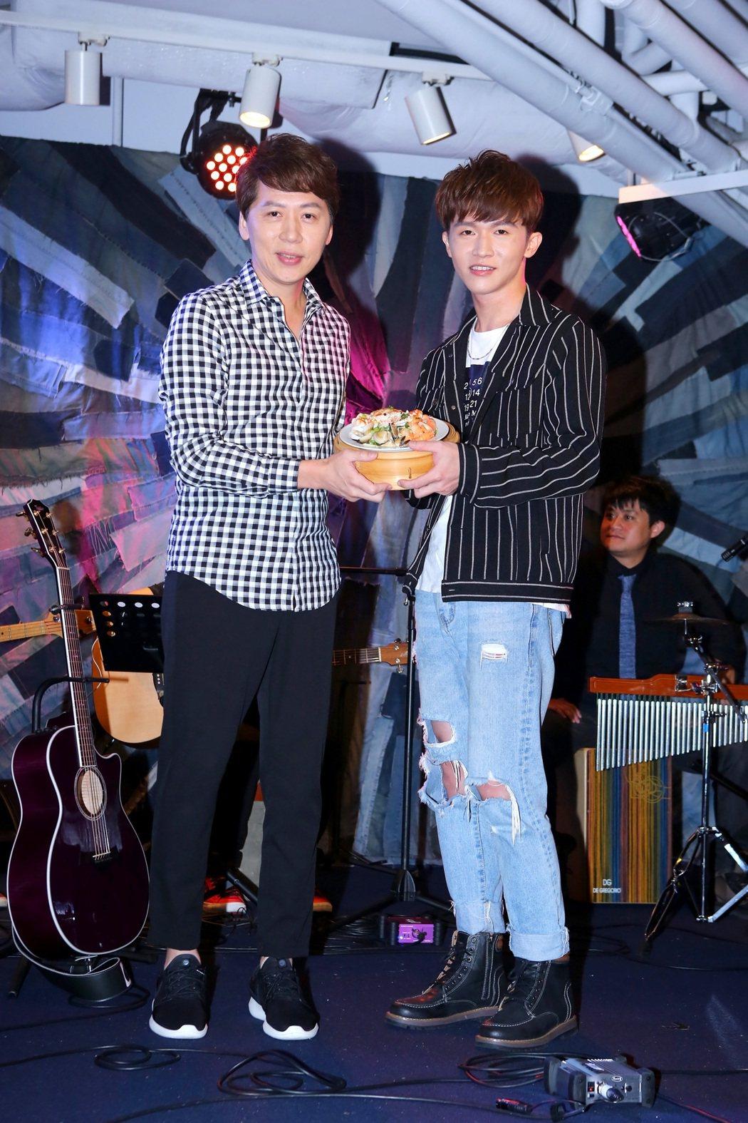 先宇(右)生日前夕開唱,製作人洪敬堯送海鮮盤。圖/無限願景工作室提供
