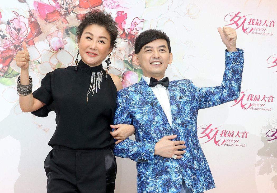 黃子佼(右)主持2017「女人我最大賞」頒獎典禮,藍心湄出席。記者余承翰/攝影