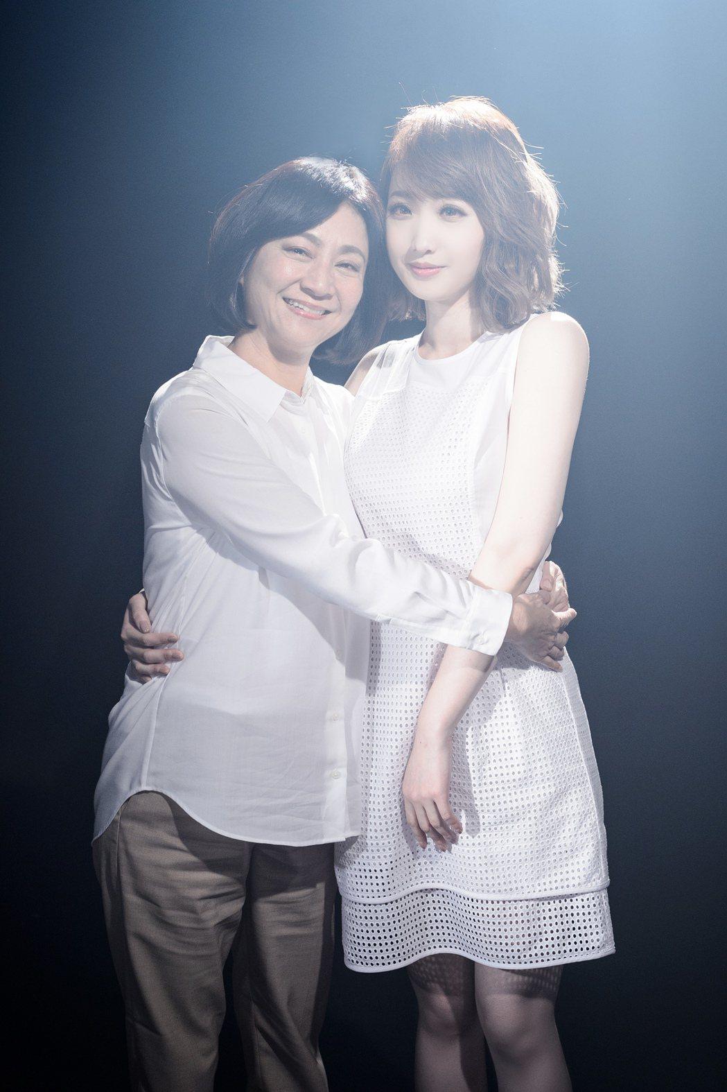 朱俐靜(右)唱思母新歌,楊麗音MV中演母親。圖/福韻工作室提供
