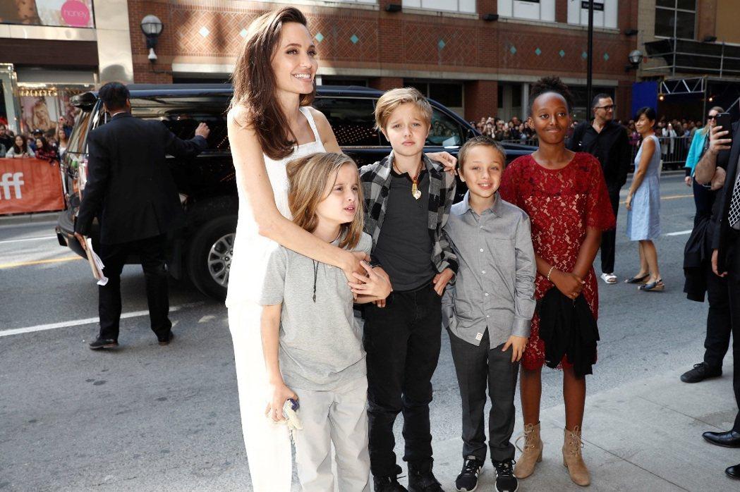 安琪莉娜裘莉傳出與布萊德彼特復合之後,在多倫多影展公開亮相,還帶著眾多子女。(路
