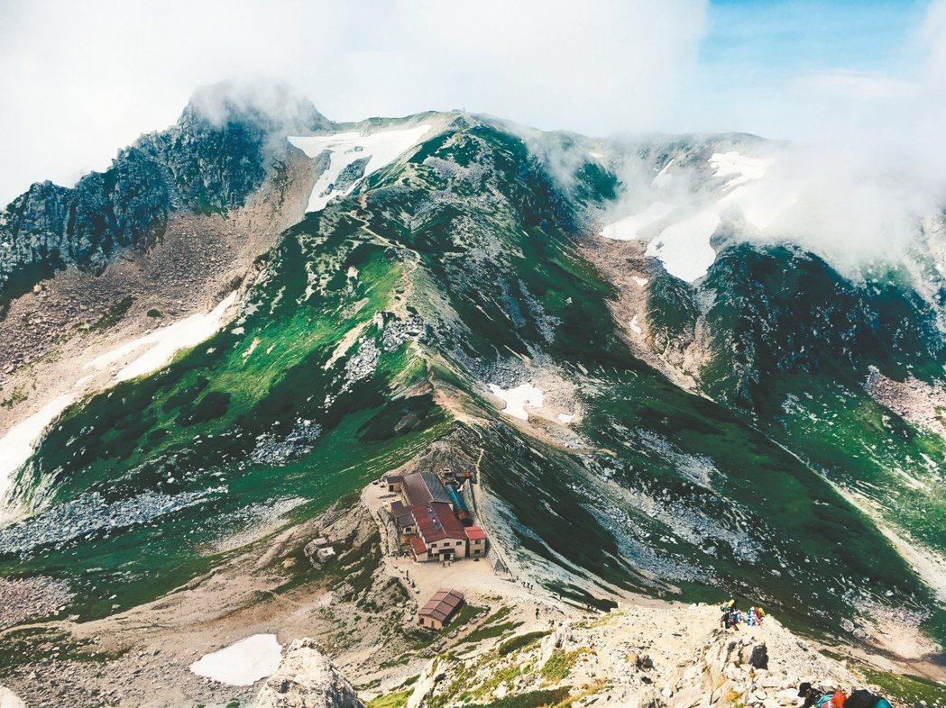 剛上山時霧濛濛一片,什麼也看不見,但在最後一段岩石坡時,或許是風太大,霧頓時散了...