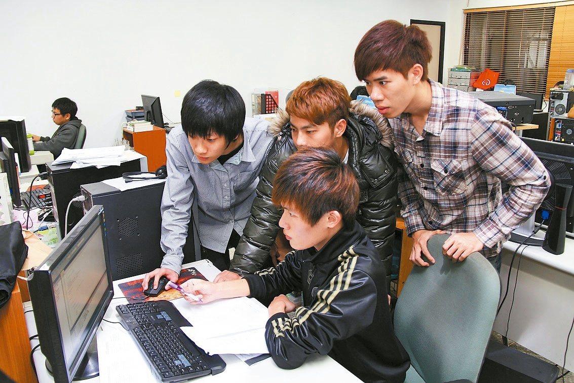 台北科大從106學年起,將「程式語言」列為必修課程,培養學生具有基礎的程式設計能...