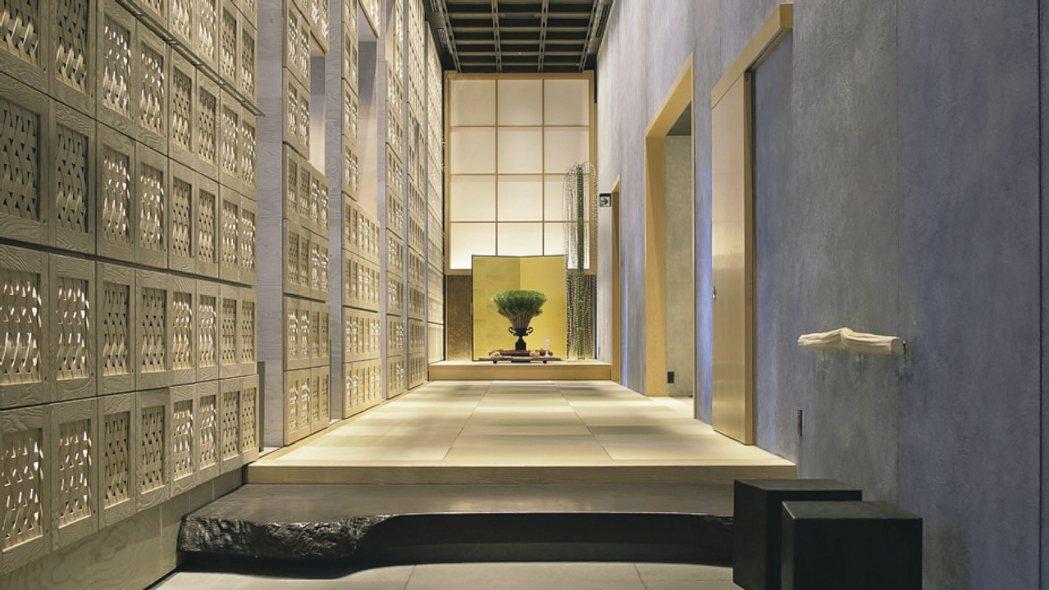 東京星野的一大特色是旅人可在最熱鬧的東京都心泡到真正的溫泉。 圖/翻攝自輕井澤星...