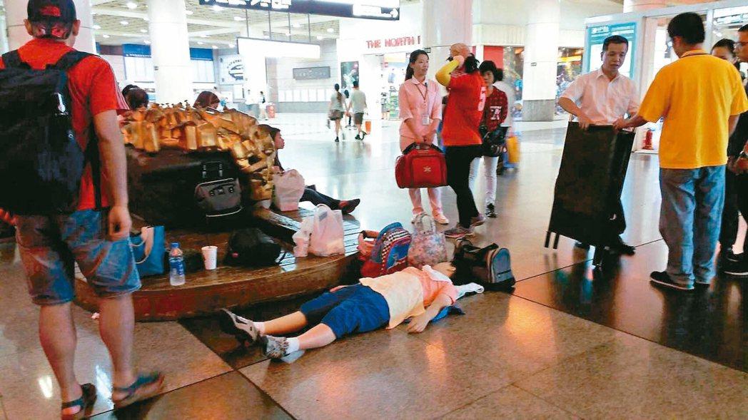 小茹癲癇發作,需要有個空間靜躺,但求助遭拒,小茹只好躺在台鐵板橋火車站大廳中。 ...