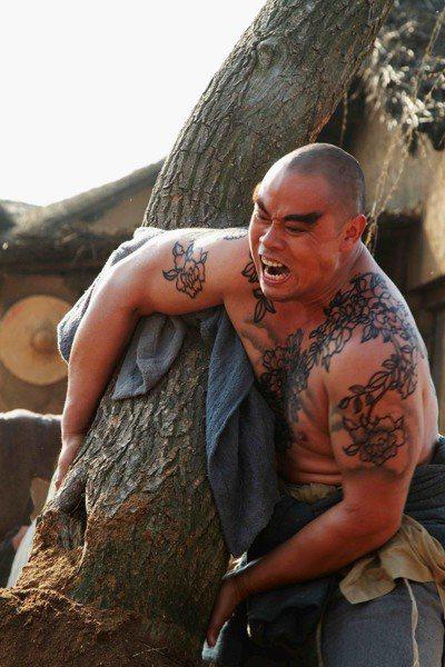 電視劇「新水滸傳」中的魯智深,倒拔垂楊柳,氣勢驚人。 圖/緯來育樂台提供