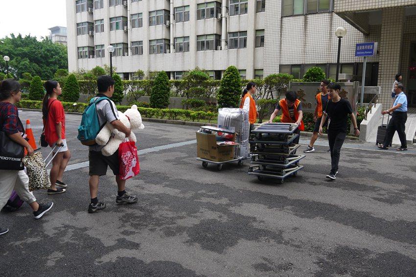 學生志工協助搬運行李至宿舍。 長庚科大/提供