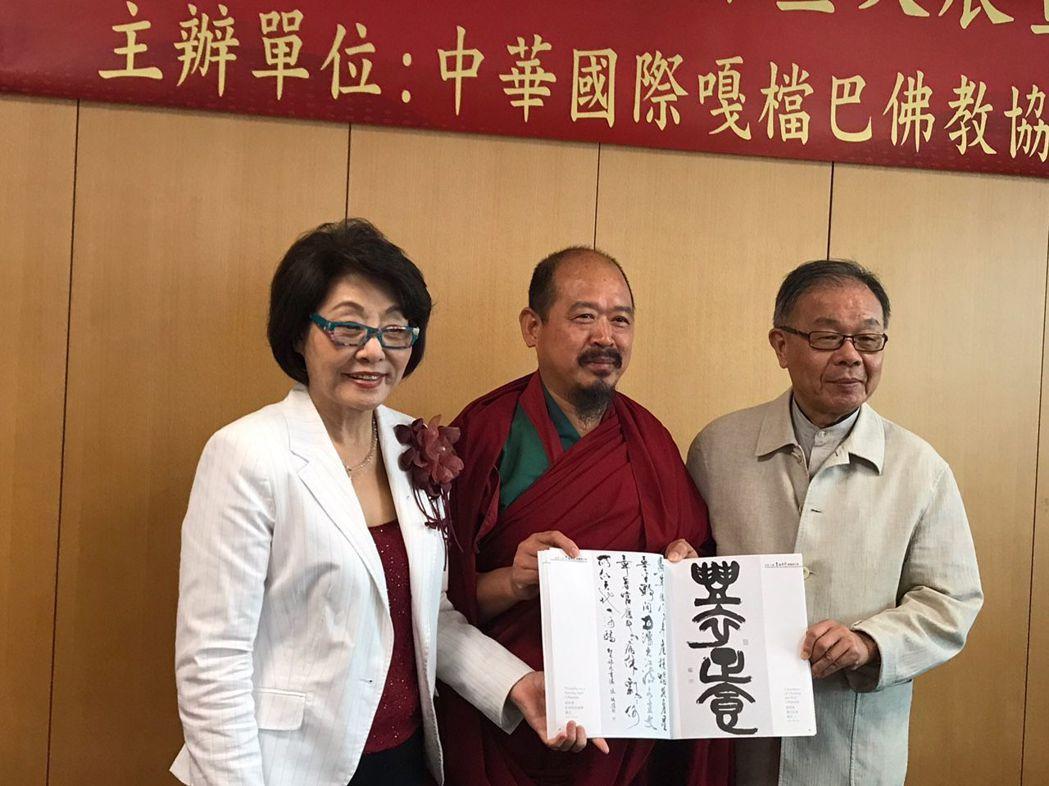 著名聲樂家呂麗莉教授(左)擔任記者會主持人與中華國際嘎檔巴佛教協會大導師慧吉祥大...