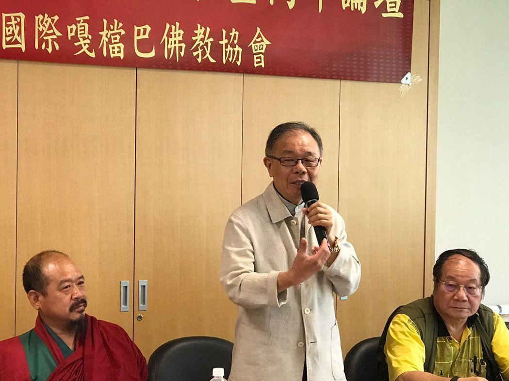 台灣著名書法大師張炳煌教授(中)在記者會中侃侃而談,他將在這次高峰論壇主講台灣的...