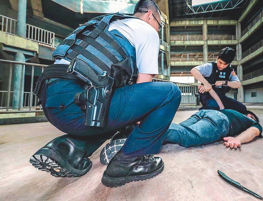 警政署臉書粉絲專頁「NPA署長室」貼文表示,會將「勤務鞋放寬授權」列入討論,警服...