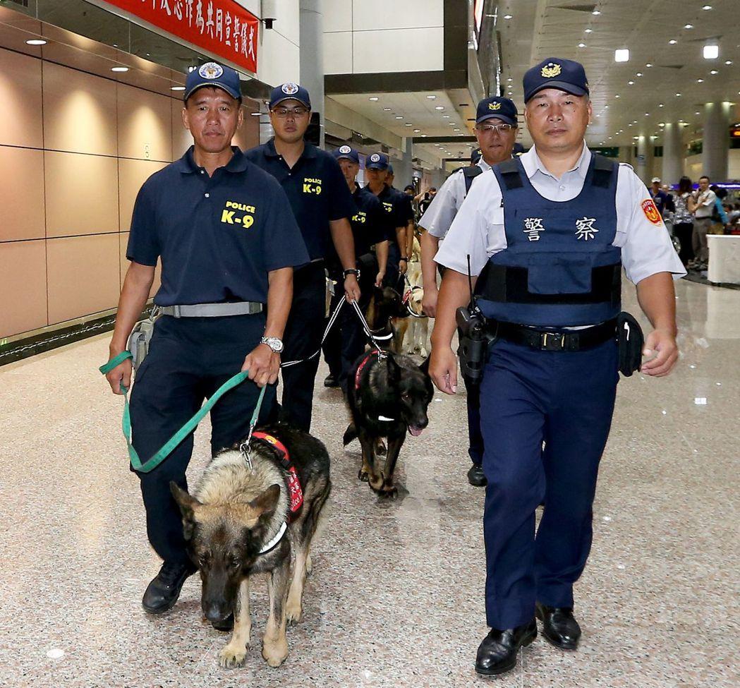員警表示,穿皮鞋久站或久走都非常不舒服,圖為世大運航空警察局維安警力。 報系資料...