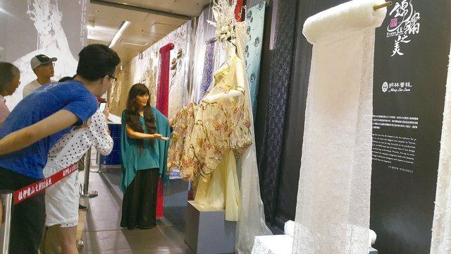 時尚藝術家吳亮儀為參觀民眾解說設計理念。