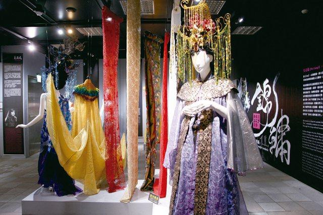 吳亮儀結合西方服飾素材及東方神話故事,為傳統神祇設計時尚而有故事性的服裝。