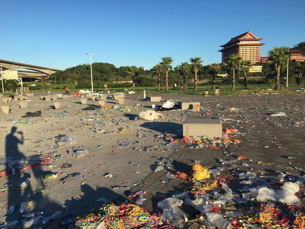 台北大佳河濱公園周日舉辦Ultra音樂季,上萬人到場同樂,結束後卻留下大批垃圾。...