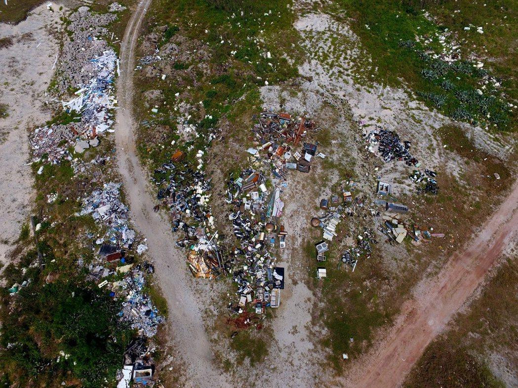 吉貝的西側變成當地的毒瘤,觸目所及如同垃圾場,散亂各地、大大小小的坑洞遍布。 圖/作者自攝