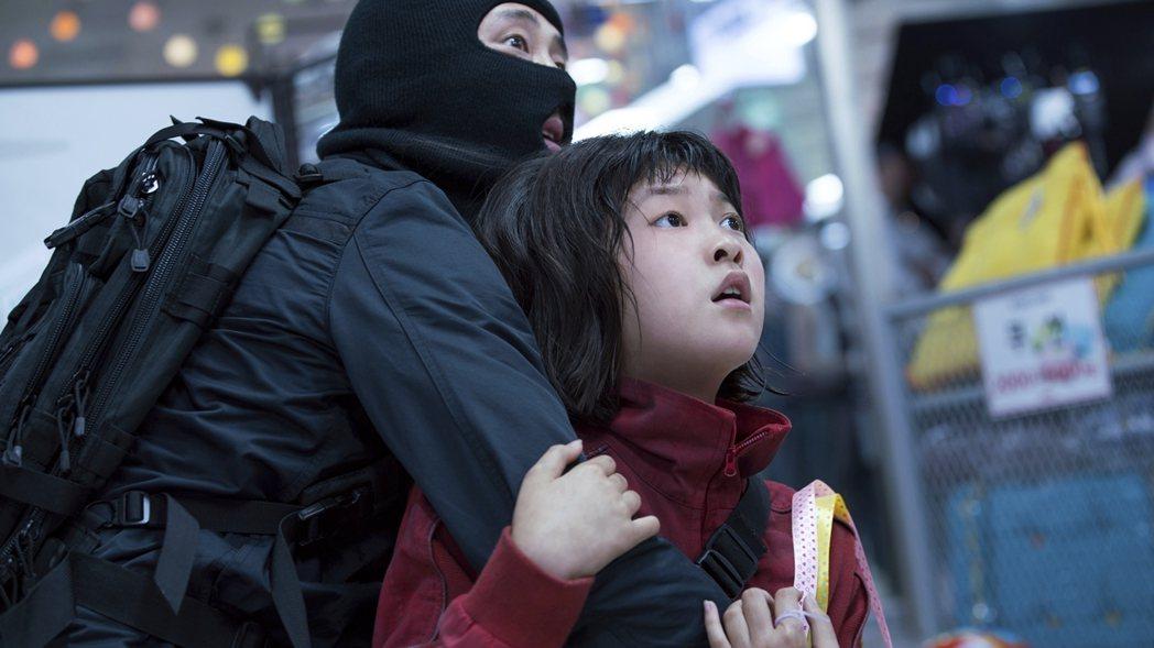 片中出現臉上蒙著黑布、疑似「恐怖份子」的人。 圖/美聯社