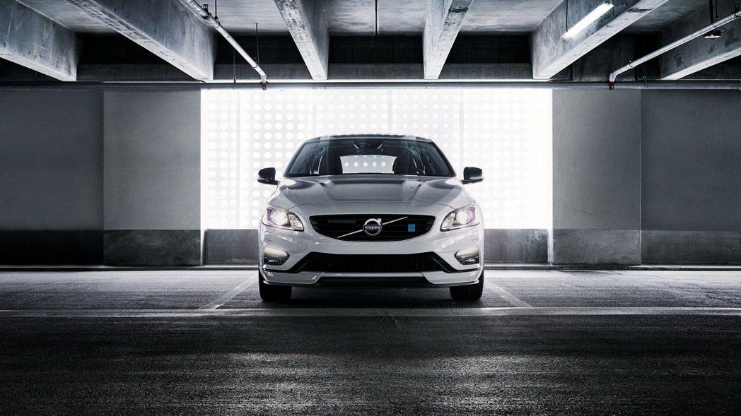 2018年式V60 Polestar追加 Polestar 專屬碳纖維後視鏡、前保左右下飾板含碳纖維下擾流、碳纖維側擾流等碳纖維套件。 圖/國際富豪汽車提供