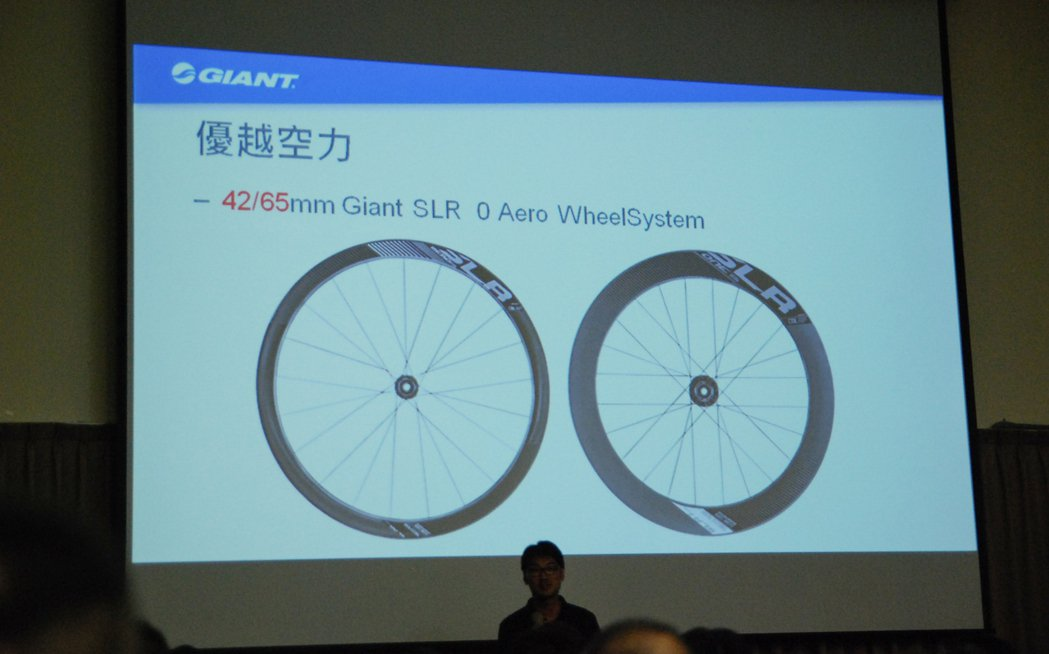 一般來說,高輪設計的公路車空力表現會較佳,但操控性會有所折扣。而全新 Propel 則在風洞測試後,採業界創新的前42mm、後 65mm設計,不僅降低前輪上的側風作用,也有助於降低風阻。 記者林鼎智/攝影