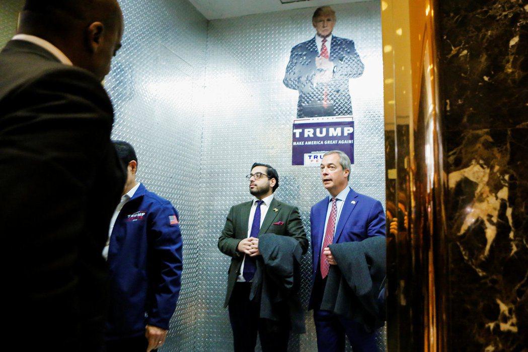 英國獨立黨前黨魁法拉吉(最右者)在川普競選期間還遠非美國為他站台,如今卻對川普曖...