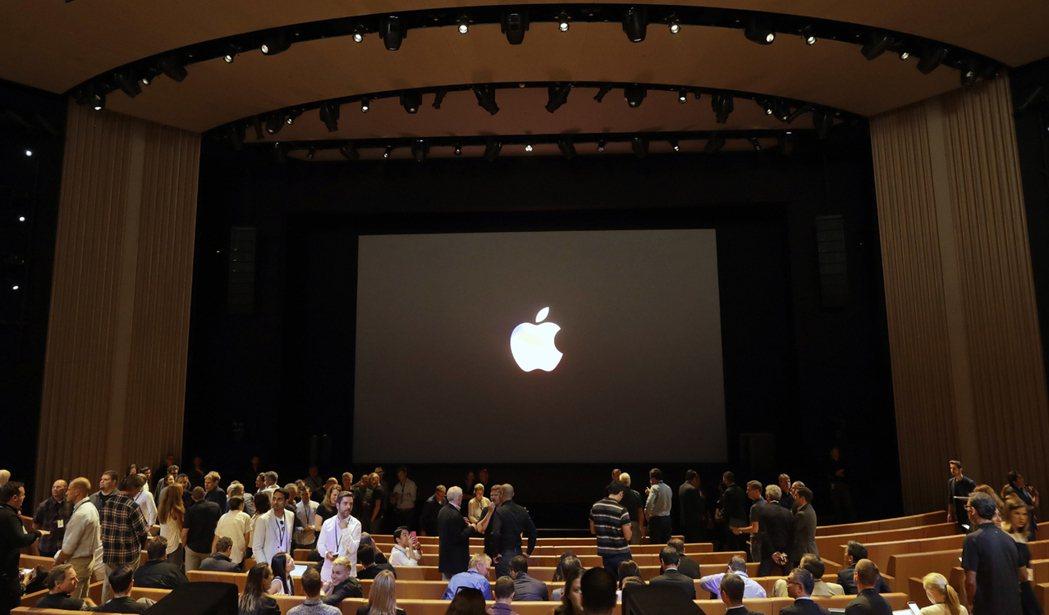 蘋果秋季新品發表在新總部的「賈伯斯劇院」(Steve Jobs Theater)...
