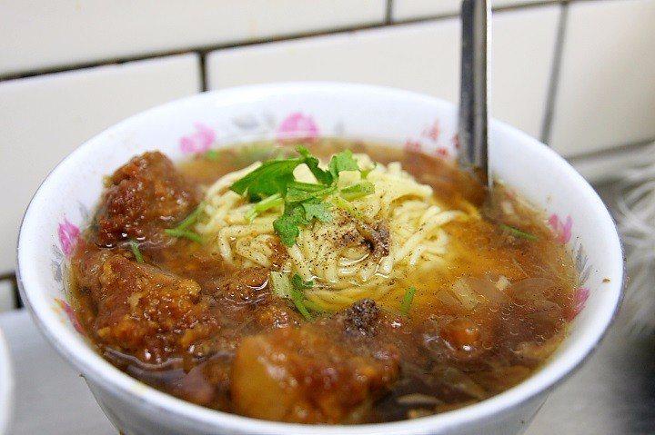 「清水排骨麵」是來到豐原廟東夜市的必吃美食。(Flickr授權作者-xalekd...