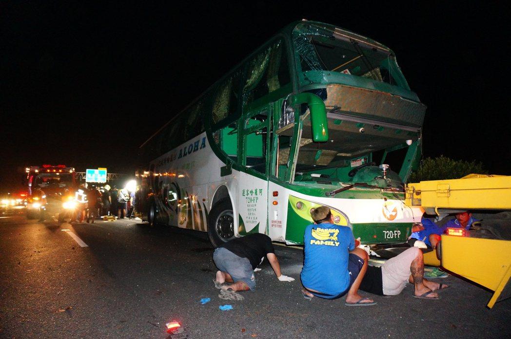 阿羅哈客運國道車禍車體受損嚴重,多名乘客未繫安全帶喪命。記者林伯驊/攝影