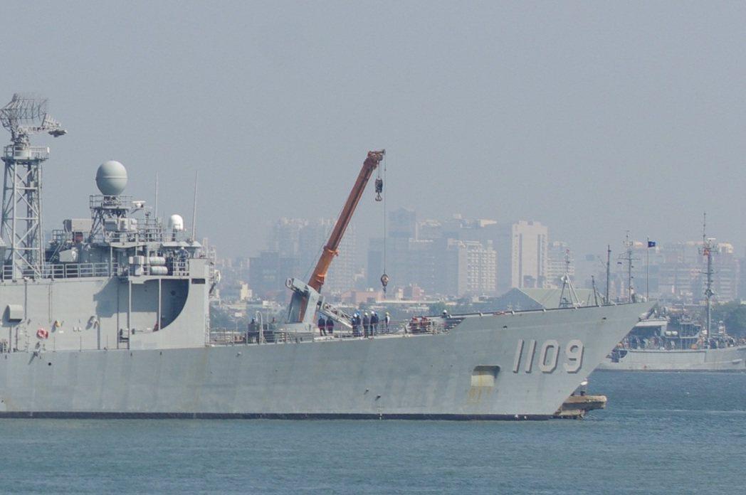 成功級巡防艦進行標準飛彈裝卸,圖為PFG1109張騫艦。記者程嘉文/攝影