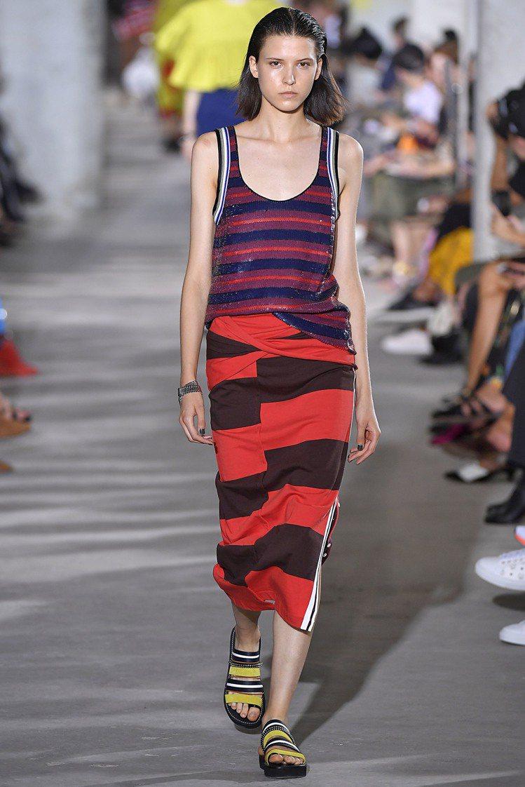 3.1 Phillip Lim上而下逐漸加寬的紅色條紋針織洋裝,排列組合出新的視...