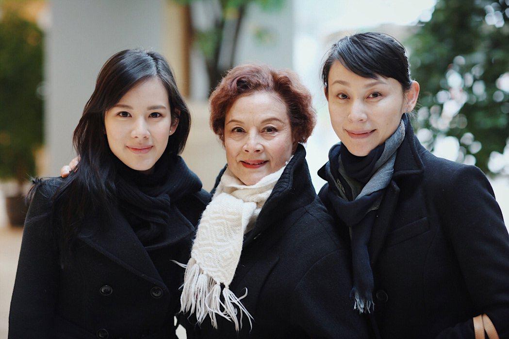 王詩安(左起)的外婆是崑曲名角,媽媽也很年輕。圖/賦音樂提供