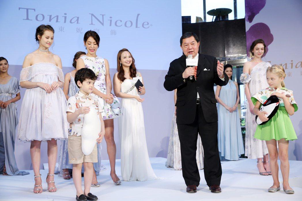遠東集團董事長徐旭東(前排中)出席發表會為自家產品宣傳。記者徐兆玄/攝影