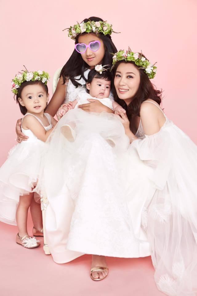 賈靜雯與3個女兒同框被誇全家都是「仙女」。圖/摘自臉書