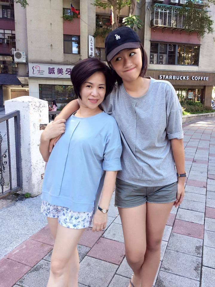 楊月娥(左)日前透露17歲小女兒罹患血癌。圖/摘自楊月娥臉書