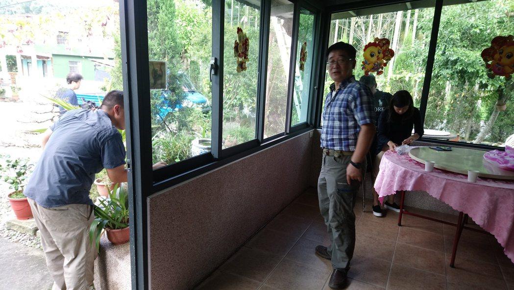中埔鄉公所今邀請彰師大生物學系教授林宗岐(右)到場鑑識,確認為扁琉璃蟻。記者卜敏...