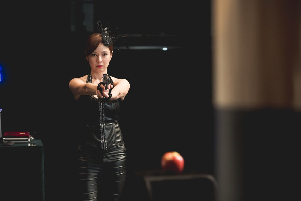 天心在「魔幻對決」中穿上緊身皮衣表演魔術。圖/公視提供