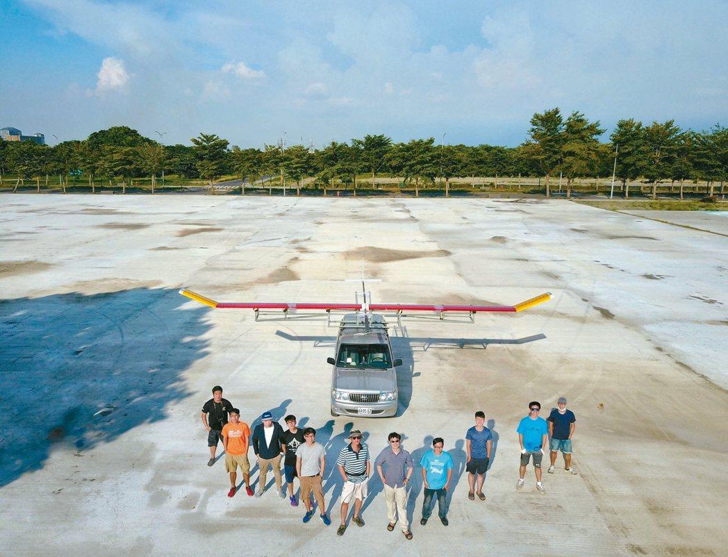 虎尾科技大學團隊今年成功打造出翼長10公尺的太陽能飛機,6月成功試飛,9月還要第...
