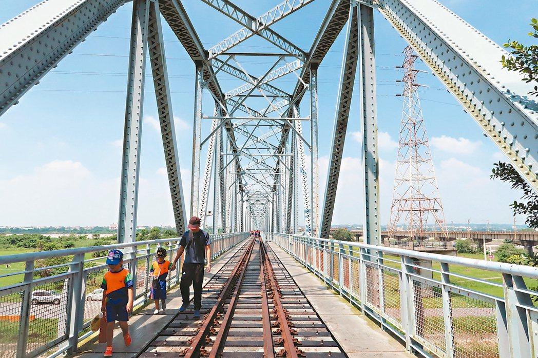 高屏舊鐵橋風光再現,讓許多民眾忍不住要上橋踏察。 記者翁禎霞/攝影