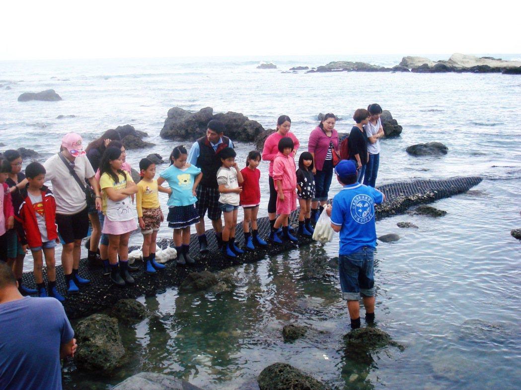 來到台東縣卑南鄉富山護魚區,遊客可體驗餵食野生海魚,但只能使用護魚區販售的海藻饅...