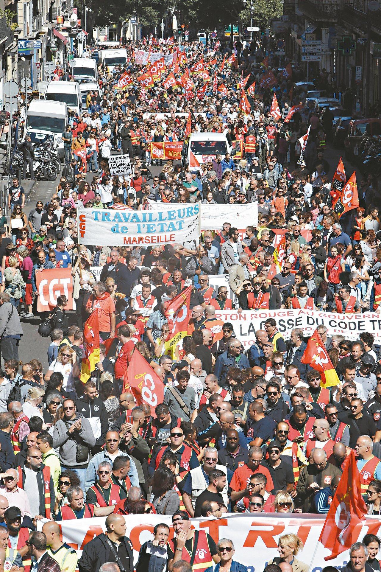 大批民眾十二日在法國南部大城馬賽抗議馬克宏總統的勞動改革政策。 美聯社