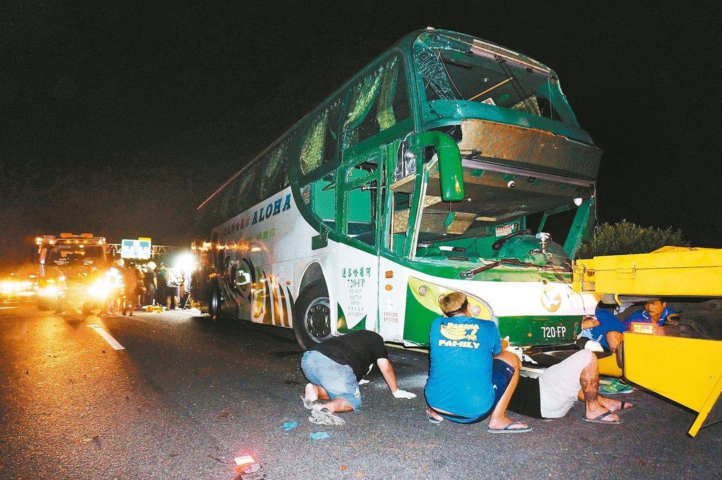 阿羅哈客運班車前天深夜在高雄市國道一號北上岡山路段發生六死十一傷車禍。聯合報系資...