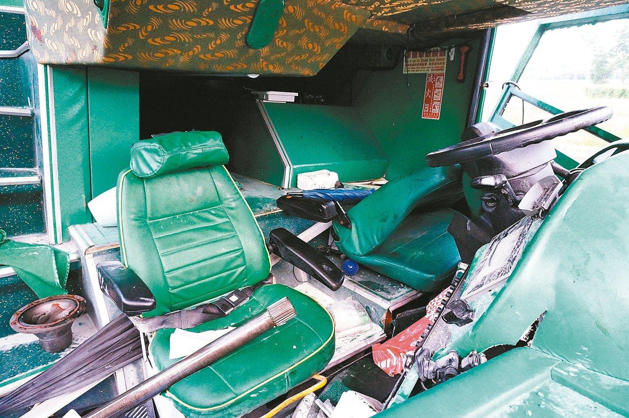 阿羅哈客運11日深夜在國道一號岡山段為閃避前車,失控撞上分隔島,造成6死11傷重大事故,死者均未繫安全帶被甩出車外,由於撞擊力強大,車輛嚴重毀損。 記者林伯驊/攝影