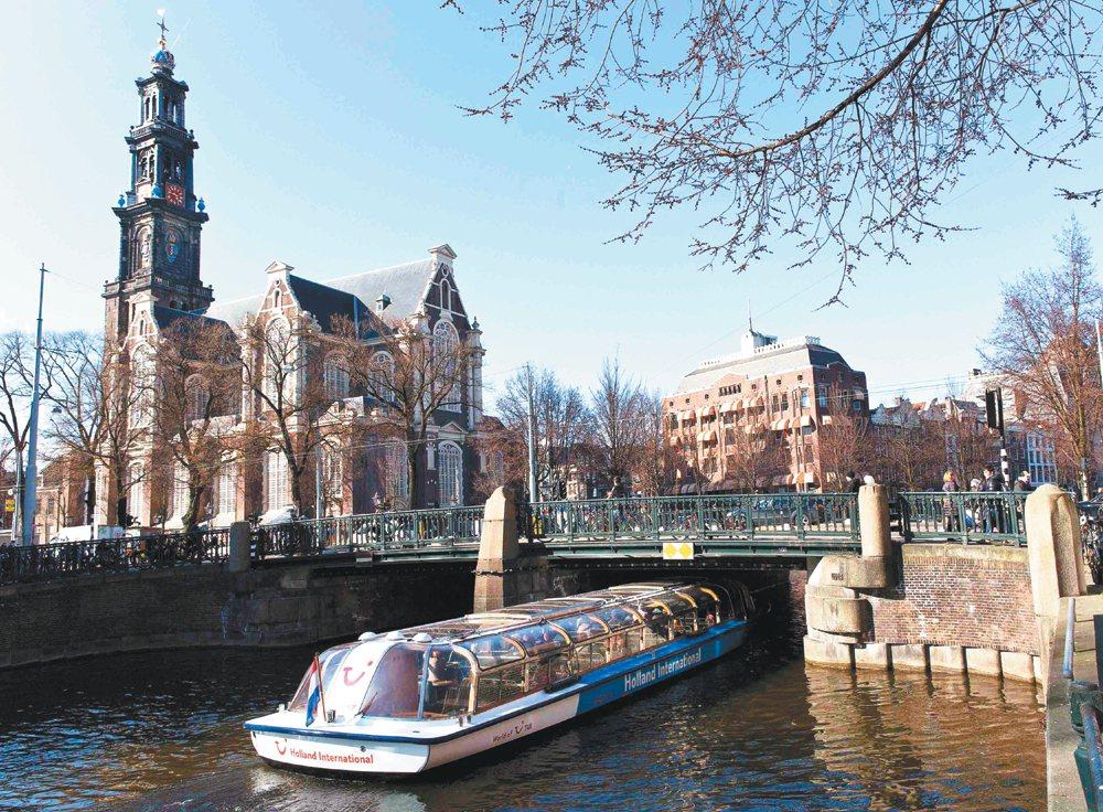 歐洲多個旅遊熱門景點掀起反觀光客浪潮,荷蘭阿姆斯特丹也不堪其擾,地方官員研議對外...