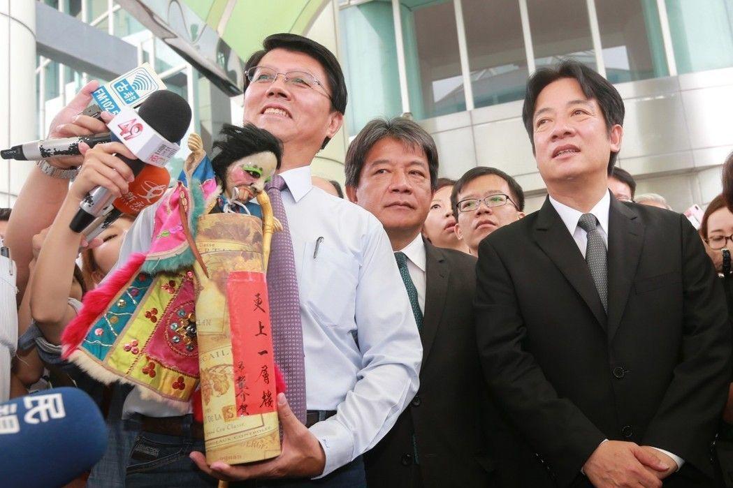 曾說一輩子只質詢賴清德一人的台南市議員謝龍介(左)。 圖╱本報資料照片